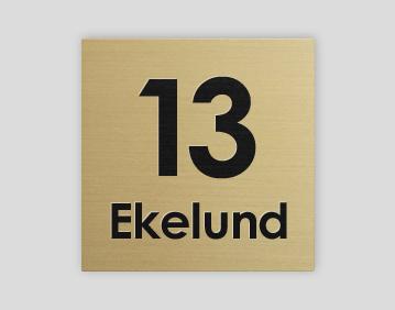 Graverad brevådeskylt med husnummer ingraverat i plast